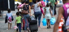 Mães levam filhos para escola em comunidade do Rio de Janeiro