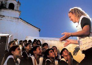A professora Penha dá aula na escadaria do convento: a garotada descobre que foi nesse lugar, no ponto mais alto da região, que Vila Velha nasceu, no ano de 1559. Foto: André Valentin