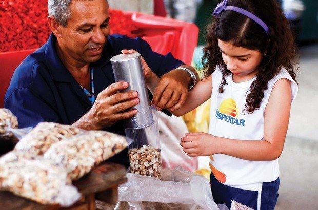 Para medir a porção de grãos nos sacos, os feirantes usam latas de 1 litro de capacidade. Fernando Vivas