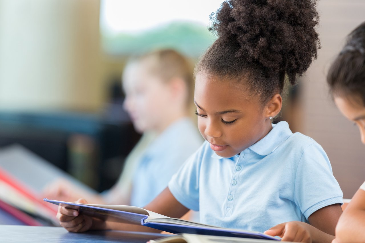 Crianças fazem leitura em sala de aula