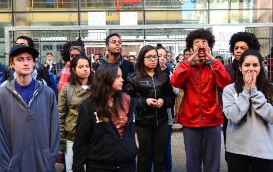 Estudantes conversam com funcionários do Centro Paula Souza, em São Paulo