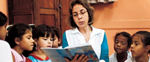 Todo dia é dia de ler: Mariluci forma a roda de crianças e lê para elas, sempre caprichando na entonação para aumentar o interesse. Foto: Tatiana Cardeal