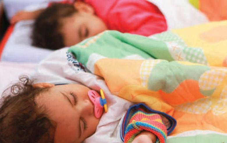 Foco nas especificidades: atender crianças pequenas inclui atividades educativas e de cuidado, como dar banho e prever tempo para descanso. Foto: Fernanda Preto