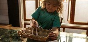 Atividade: colheres viram brinquedo pela imaginação das crianças