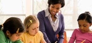 Professora incentiva alunas a escrever