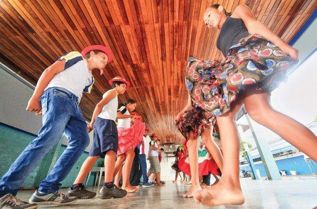 Meninos e meninas dançam frente a frente e, depois, trocam de fila no ritmo do siriri. Marcos Negrini/Agência Phocus