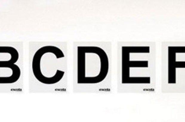 Coloque, também, um alfabeto na parede. Evite letras cheias de desenhos: elas podem confundir os alunos.