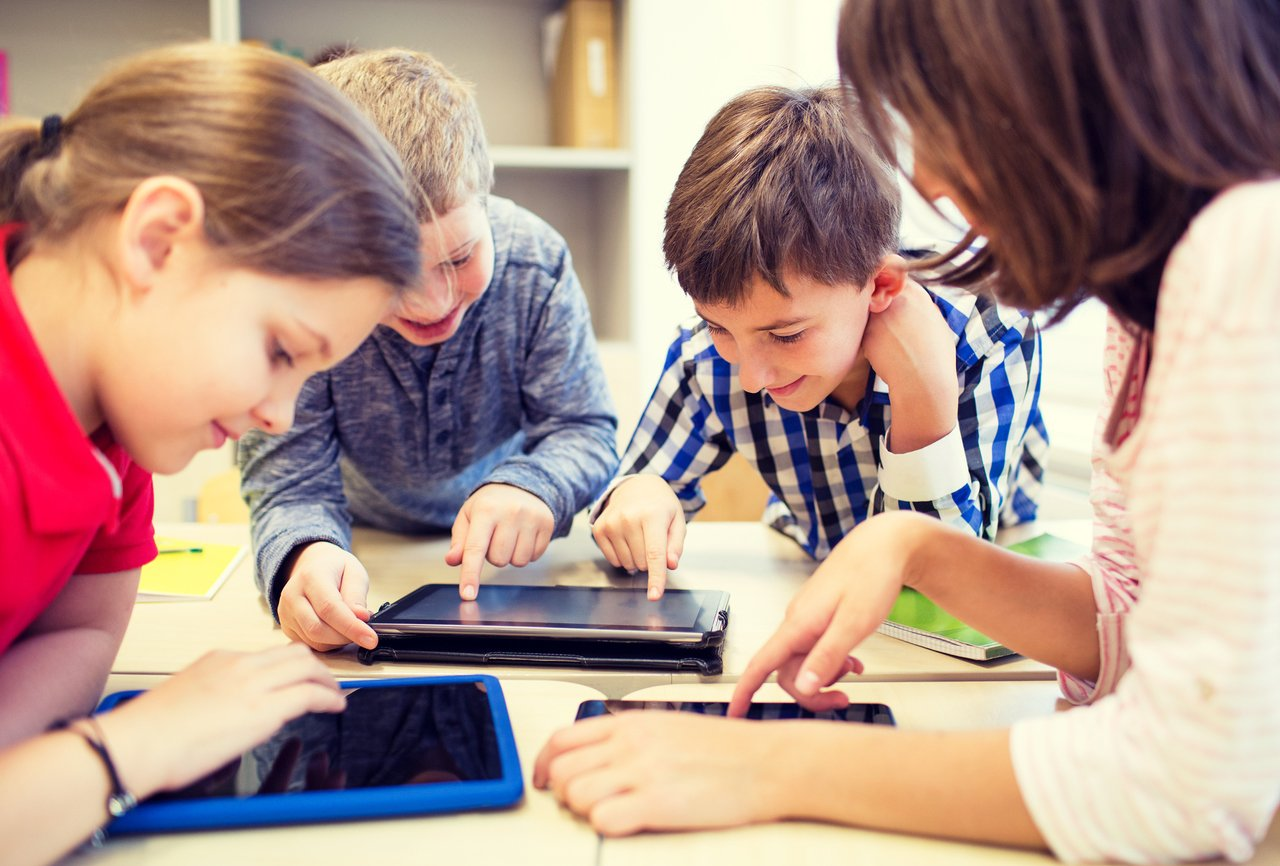 Jovens com tablets