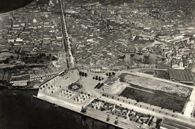 Vista aérea da praça Mauá   Crédito: Fotógrafo não identificado/ Coleção Gilberto Ferrez/ Acervo Instituto Moreira Salles