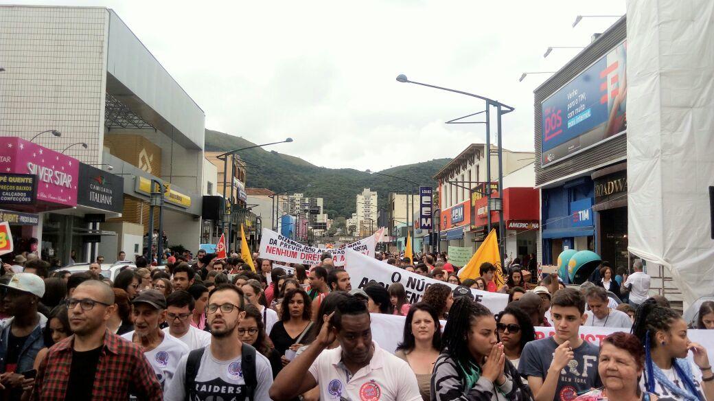 Manifestantes marcham nas ruas de Poços de Caldas (MG)
