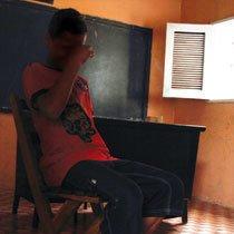 Felipe chora ao contar sua história. Dependente de crack, vive entre centros de reabilitação, abrigos e a casa da família, em São José do Egito. Foto: Raoni Maddalena