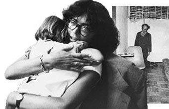 A viúva Clarice, com o filho, e a foto do suícido forjado: União foi condenada pelo crime em 1978. Fotos Iugo Koyama/ Silvaldo Leung