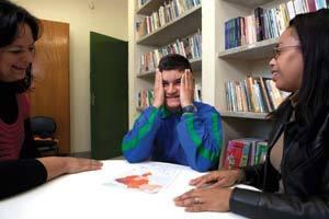 DUPLA AFINADA Matheus com Hellen (à esq.) e Márcia, as professoras que mais contribuíram para a inclusão dele na escola. Foto Marcelo Min