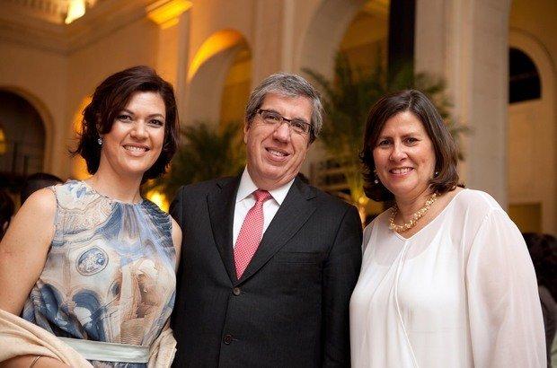 Da esquerda para a direita, a diretora de redação de NOVA ESCOLA e GESTÃO ESCOLAR, o presidente da Abril S/A e conselheiro da Fundação Victor Civita e a diretora executiva da FVC