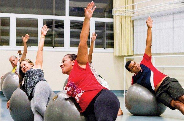 Em uma aula de pilates com bola, os estudantes puderam trabalhar a postura. Fernando Frazão