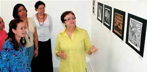 Rotina do setor educativo de um museu: Lídice de Moura (de verde) explica a Ive (de branco) e colegas os segredos da mediação. Foto: Daniel Aratangy