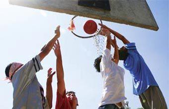 CESTA DIFERENTE A turma da EMEF Airton Arantes Ribeiro entendeu a origem das regras do streetball. Foto: Marcos Rosa