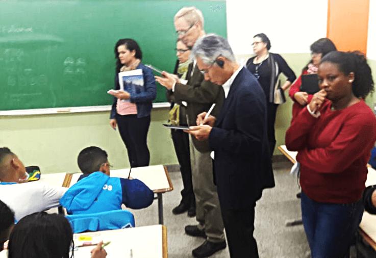 Professor Akihiro Takahashi faz observações em sala de aula