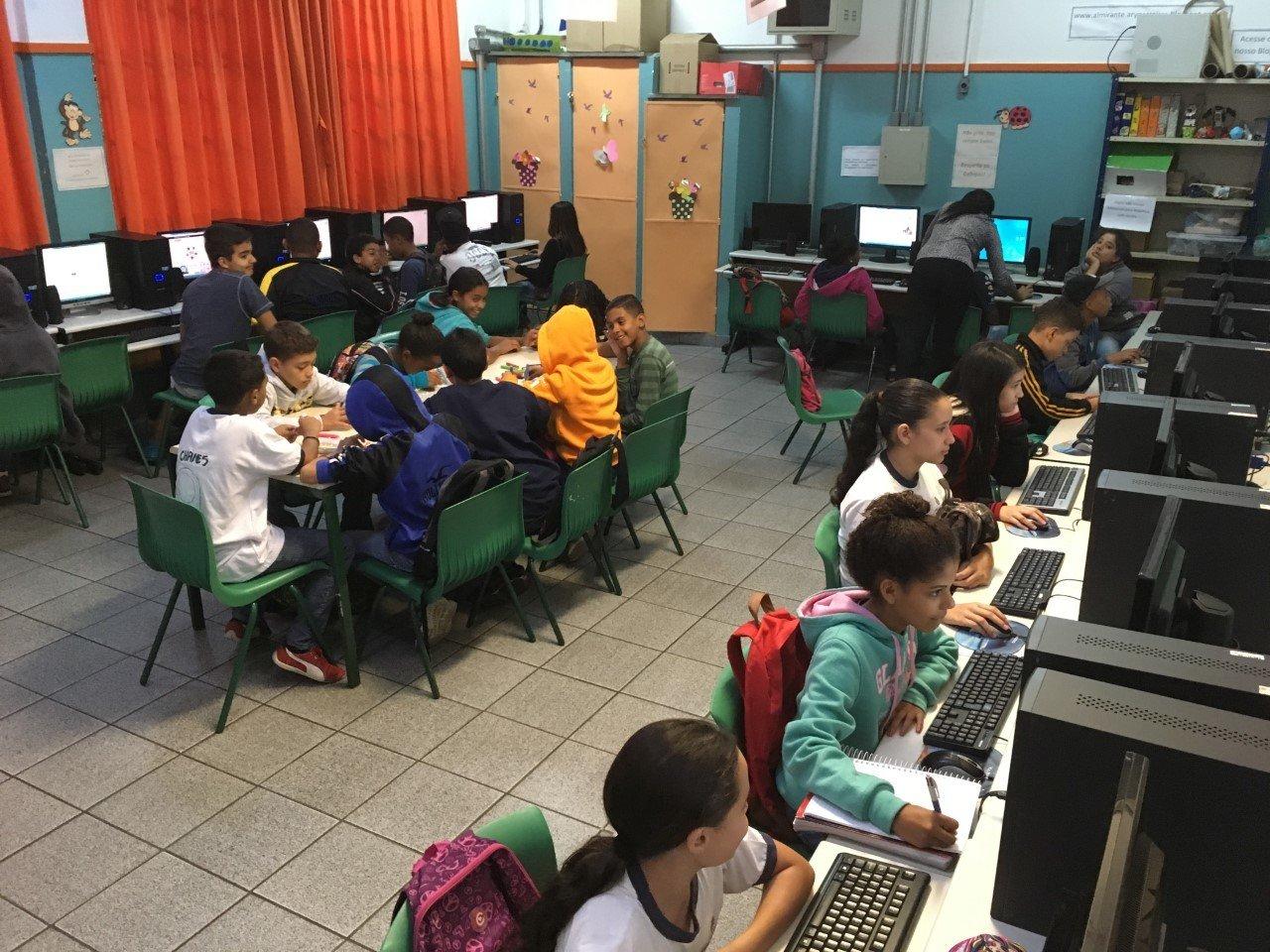 Alunos de Débora Garofalo estudando com computadores