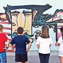 Ao observar as referências, os alunos da EMEF 25 de Julho ampliaram o repertório e analisaram as características de vários grafiteiros.. Foto: Tamires Kopp