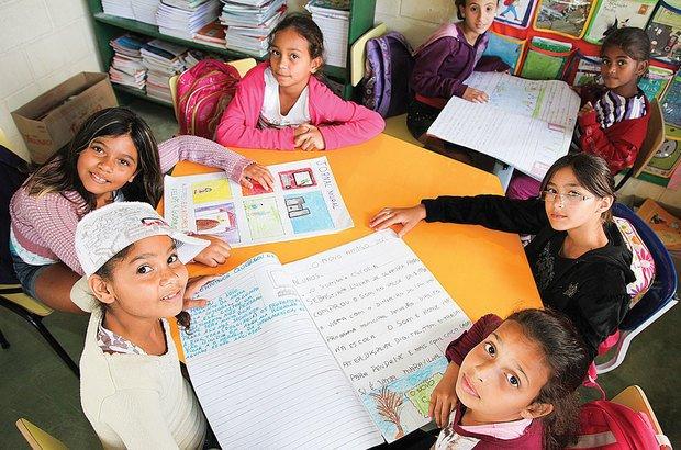 Por meio do jornal, os alunos de Ubatuba mantêm os colegas bem informados. Manuela Novais