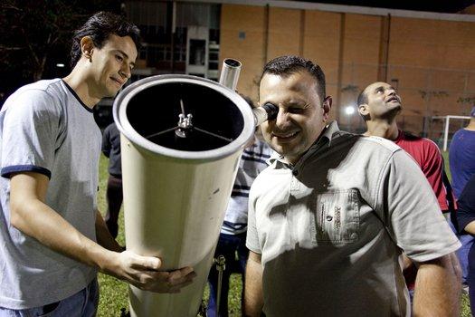 Para ver as crateras mais de perto e também o deslocamento da Lua, o professor promoveu uma observação com o telescópio no campo de futebol da escola.