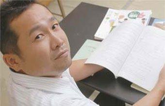 ESTUDO CONTÍNUO Com 17 anos de docência, o professor Watanabe já perdeu a conta de quantos cursos fez. Foto: Marcio Saiki