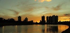 Lago do Parque das Nações Indígenas, em Campo Grande, no pôr do sol