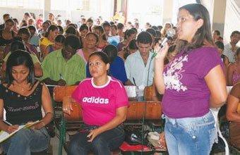 MUDANÇAS NA REDE - Em Itupiranga, a diretora de ensino Rosanea apresenta as diretrizes para os coordenardores. Foto: J. Sobrinho