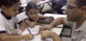 Veja como trabalhar a escrita coletiva, prática alinhada à Base para a Alfabetização