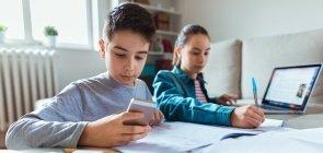 Estudantes usam celular e computador para estudar