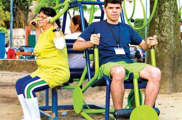 Na academia da praça, a turma usou aparelhos variados, como o extensor para pernas. Fernando Frazão