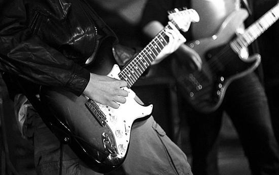 Guitarra sendo tocada em um show de rock