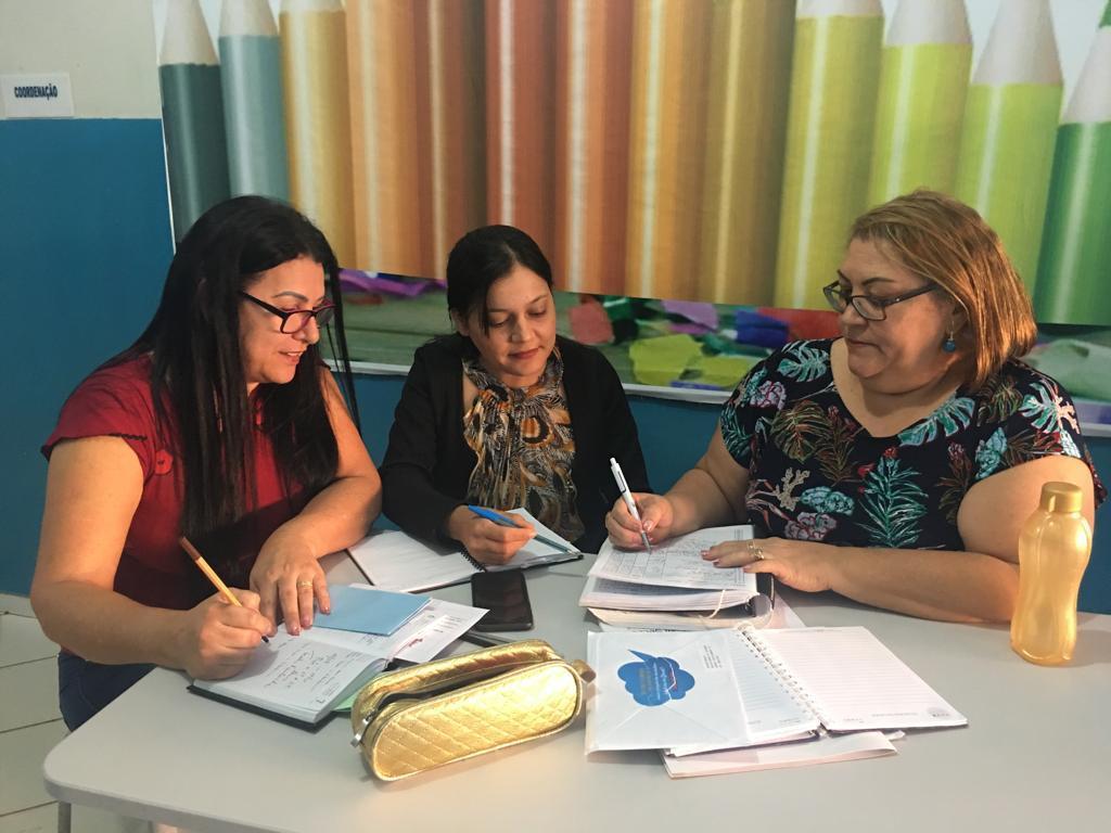 A reunião entre a diretora Marlúcia Brandão e as pedagogas Jussimara de Souza Nascimento e Valquíria Marvila Silva