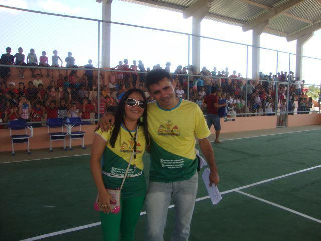 A professora Elania Reis e um colega