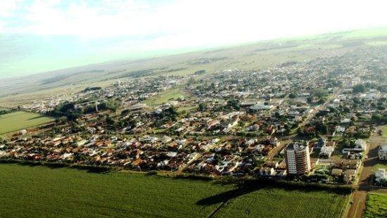 Descrição da imagem: Vista aérea da cidade de Maracaju, no Mato Grosso do Sul, onde se veem extensas áreas verdes que rodeiam a pequena cidade com predominância de casas