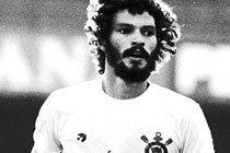 O jogador Sócrates, do Corinthians