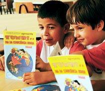 Alunos da escola Stella Moruzzi, em São Carlos (SP): gibi sobre Zumbi dos Palmares serve de base para atividades de leitura e escrita. Foto: Rogério Albuquerque.