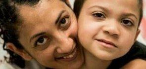 retrato de Marinez e seu filho Isac sorrindo para a câmera