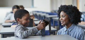 Professora incentiva aluno no processo de aprendizagem