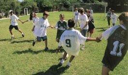 Futebol de duplas no Friburgo, em São Paulo: regra diferente incentiva o companheirismo