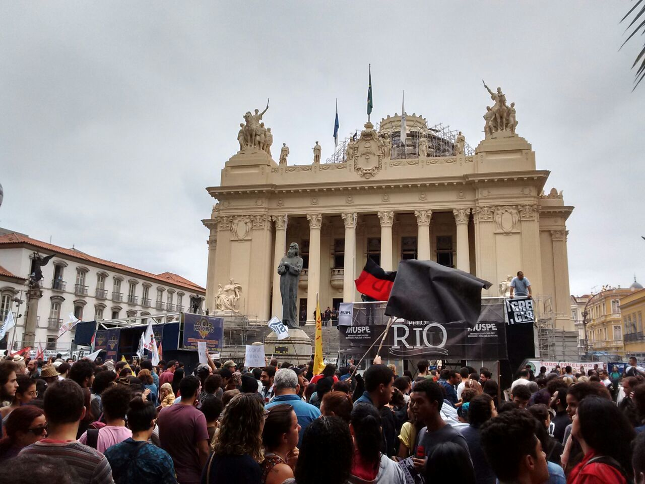 Manifestantes se unem em protesto no Rio de Janeiro (RJ)
