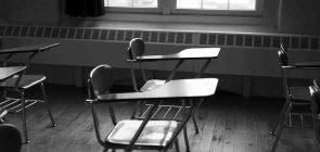 Cadeiras em uma sala de aula vazia