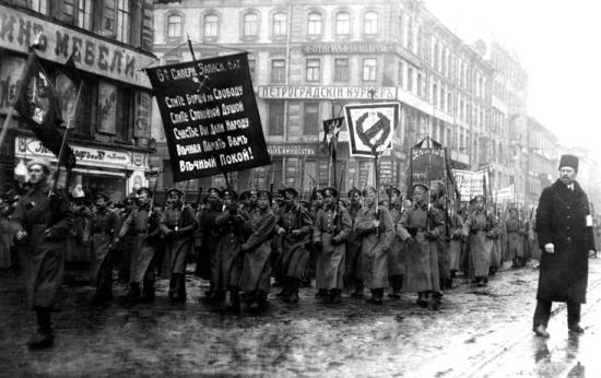 Funeral de 182 manifestantes mortos pela polícia em fevereiro de 1917 se transforma em protesto contra o governo