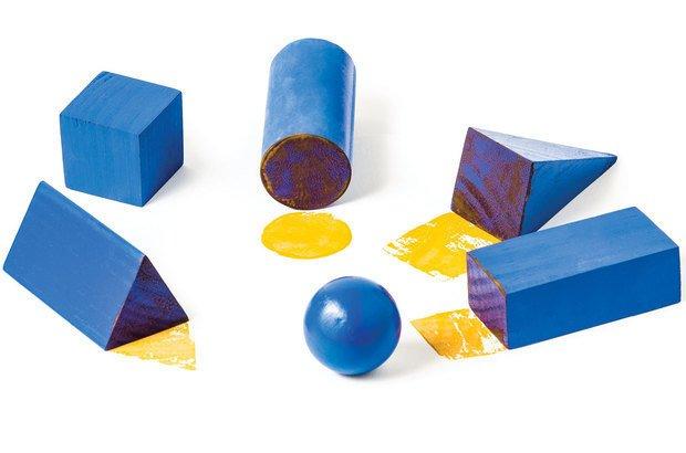 Carimbar as faces de sólidos ajuda a turma a analisar a forma e a quantidade delas. Ramón Vasconcelos