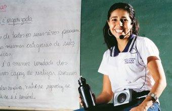 NADA DE GRITOS E PÓ - Rejane, de Pedro Leopoldo, usa painéis que dispensam giz e microfone para curar os problemas de voz. Foto: Leo Drumond / Agência Nitro