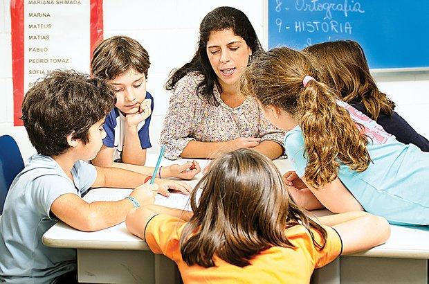Reunidos em grupos, os alunos debateram como duplicar a receita do bolo de cenoura. Foto Ramón Vasconcelos. Ilustração Marcella Briotto