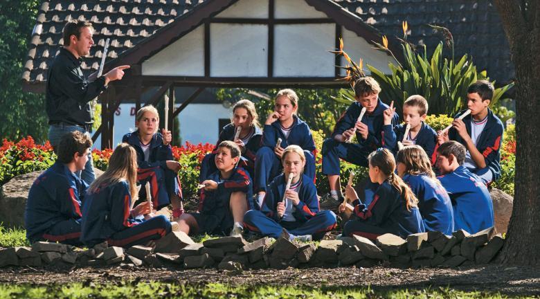 Turma feliz: no Rio Grande do Sul, um projeto para o ensino de flauta desenvolvido em parceria com uma instituição de crédito mudou o clima na EMEF Alfredo Spier. Foto: Tamires Kopp