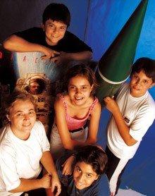 Eunice Gavioli e os alunos, que construíram a maquete de um foguete: projeto para colonizar Marte deu origem ao clube da Escola Moppe, de São José dos Campos. Foto: Gustavo Lourenção