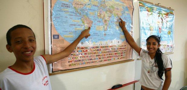 Alunos apontam Brasil e África no mapa. Foto: Marcos Rosa